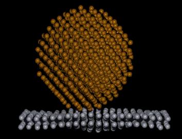 Atomistische Simulation eines Nanoteilchens, das auf eine zwei Lagen dünne Schicht einfällt.