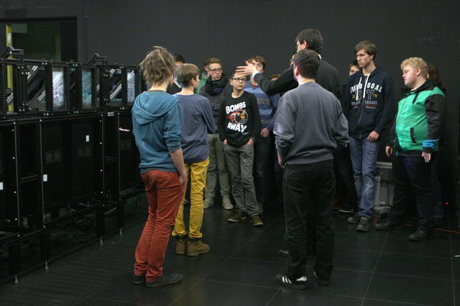 Bei der Laborführung duften die Schüler auch einen Blick auf die Technik hinter der Powerwall werfen und stellten den Wissenschaftlern zahlreiche Fragen.