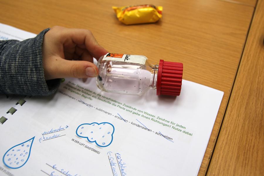 Leer oder nicht? Bei der Kids und Junior Week lernten die Kinder, was im Inneren von Materie bei verschiedenen Aggregatzuständen passiert.