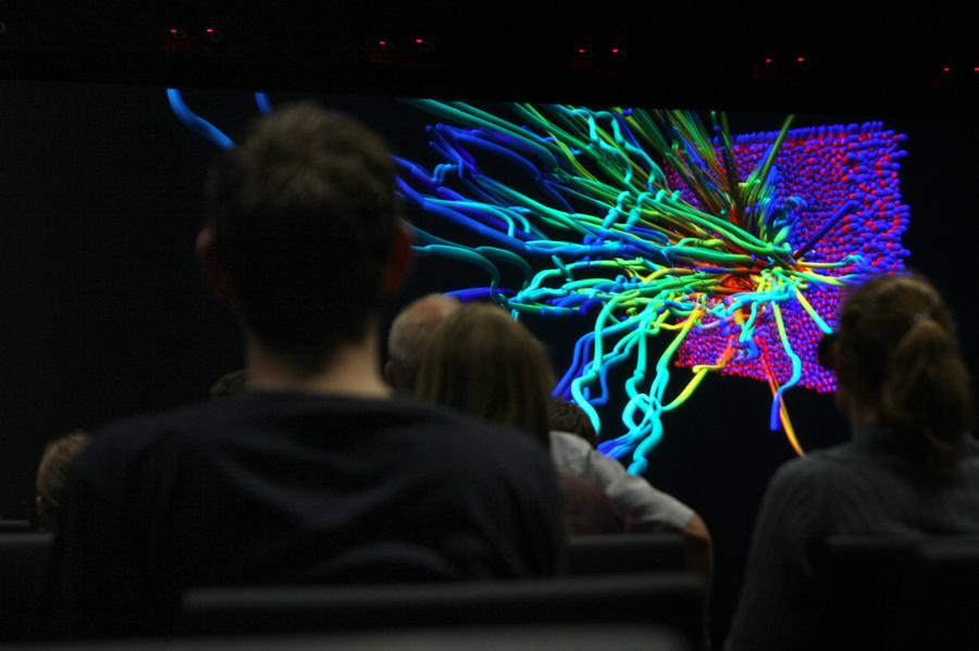 Bei der Live-Vorführung der VISUS-Powerwall konnten verschiedene Visualisierungen aus unseren Teilchensimulationen auf einer Fläche von 6 mal 2,25 Metern bestaunt werden.