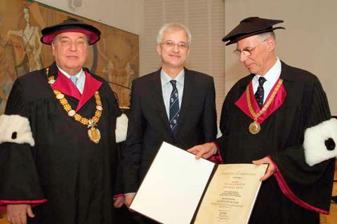 Prof. Thomas Ertl (Mitte) bei der Verleihung des Ehrendoktorats (Foto: Blaziana)