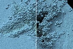 Zwei Laser sprengen Atome aus einem Block Aluminium. Links: klassische Beleuchtung. Rechts: die Beleuchtung mit Ambient Occlusion stellt den Krater entsprechend seiner Form und Tiefe dar und ermöglicht es, die Struktur besser zu erkennen.