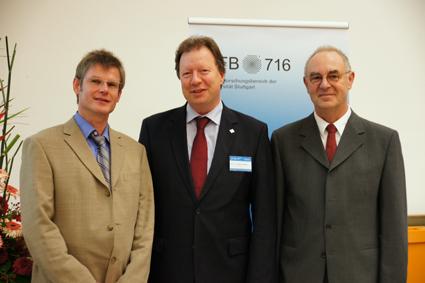 Uni-Rektor Prof. Wolfram Ressel reichte den Führungsstab im SFB 716 von Prof. Trebin (rechts) an Prof. Holm (links) weiter. (Foto: Christa Müller)