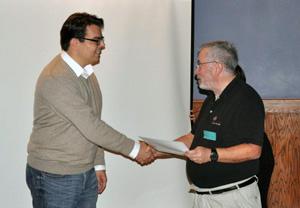 Larry Rosenblum, Awards Chair des IEEE Visualization and Graphics Technical Committee, gratuliert Michael Krone für die Honorable Mention beim 2016 IEEE VGTC VPG Doctoral Dissertation Award.