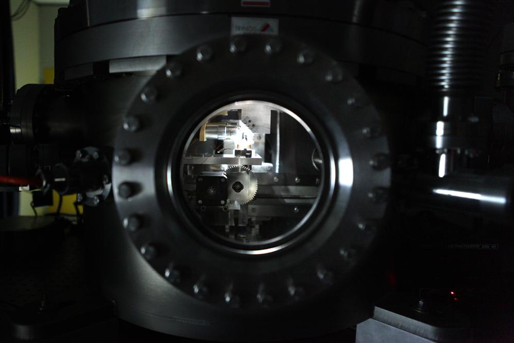 Bild 2: Ein winziger Diamant wird im Inneren des Implanters mit Stickstoffatomen beschossen. Anschließend wird er auf 900 °C erwärmt, damit ein NV-Zentrum entsteht.