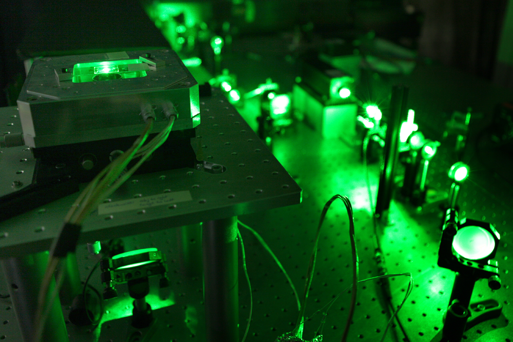 Bild 3: Um das Ergebnis zu überprüfen, wird der Nanodiamant an einem Lichttisch mit grünem Licht bestrahlt.