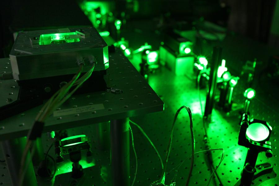 Durch Bestrahlung mit Laserlicht wird das Ergebnis zur Überprüfung sichtbar gemacht.