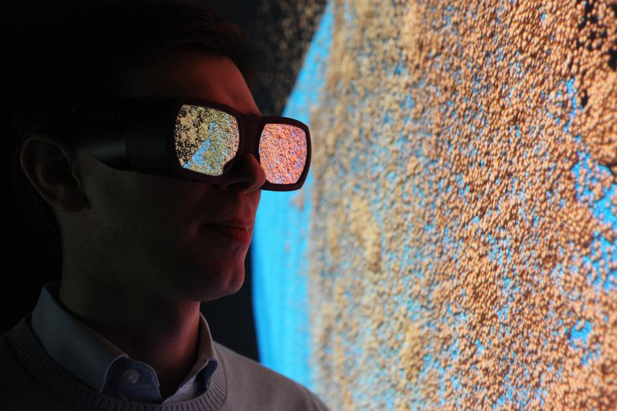 Wissenschaftler betrachtet 3D Visualisierung.